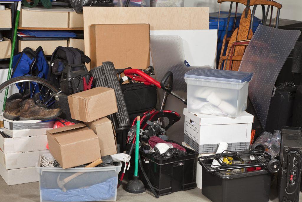 Möbel und Kleidung ohne Schaden in einen Lagerraum
